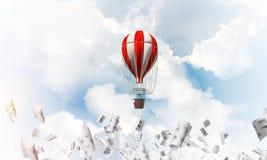 Vliegende hete luchtballon in de lucht Royalty-vrije Stock Afbeeldingen