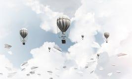 Vliegende hete luchtballons in de lucht Stock Foto's