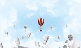 Vliegende hete luchtballons in de lucht Stock Fotografie