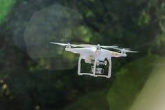 Vliegende hommel met camera stock afbeelding