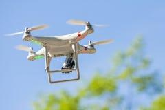 Vliegende hommel met opgezette camera stock foto