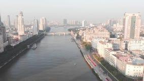Vliegende hommel over Guangzhou-stad De dalende schaduw van de wolkenkrabbers stock footage