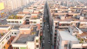Vliegende hommel over typisch Chinees district In het kader zijn er heel wat gelijkaardige huizen stock video