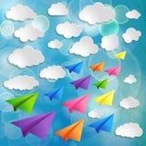Vliegende kleurrijke document vliegtuigen met wolken op blauwe B Royalty-vrije Stock Afbeeldingen