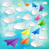 Vliegende kleurrijke document vliegtuigen met wolken op blauwe B Stock Fotografie