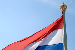 Vliegende koninklijke Nederlandse vlag Royalty-vrije Stock Foto's