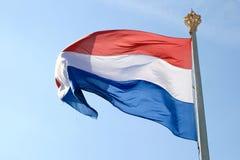 Vliegende Nederlandse vlag en kroon Royalty-vrije Stock Fotografie