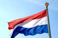 Vliegende Nederlandse vlag en kroon Stock Fotografie