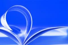 Vliegende pagina's op blauw Royalty-vrije Stock Fotografie