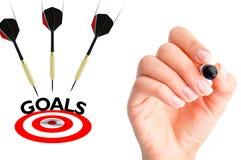 Vliegende pijlen aan een doel die voltooiingsconcept voorstellen royalty-vrije stock afbeelding