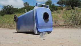 Vliegende plastic fles met het recycling van bak stock footage
