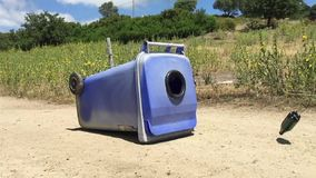 Vliegende plastic fles met het recycling van bak stock video