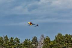 Vliegende radio-gecontroleerde 3D helikopter onderaan de schroef Stock Fotografie