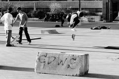 Vliegende schaatser in zwart-wit schot stock fotografie