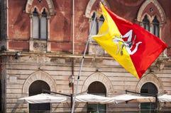 Vliegende Siciliaanse vlag Stock Foto