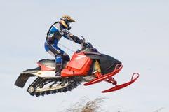 Vliegende sportman op sneeuwscooter Stock Afbeeldingen