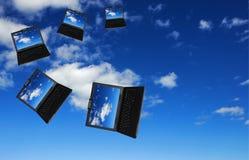 Vliegende troep van laptops stock afbeeldingen