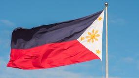 Vliegende tweekleurige vlag van de Filippijnen met centrale gouden zon die de provincies en de sterren vertegenwoordigen de eilan royalty-vrije stock foto