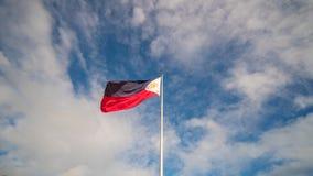 Vliegende tweekleurige vlag van de Filippijnen met centrale gouden zon die de provincies en de sterren vertegenwoordigen de eilan stock foto's