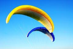 Vliegende valschermen Stock Foto's