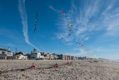 Vliegende Vliegers op Blauwe Hemel royalty-vrije stock fotografie