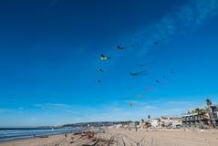 Vliegende Vliegers op Blauwe Hemel royalty-vrije stock foto