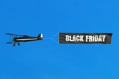 Vliegende vliegtuig en Black Friday-verkoopbanner op blauwe hemel Vector Illustratie