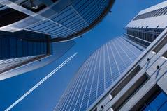 Vliegende vliegtuig en bureaugebouwen stock fotografie