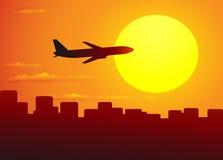 Vliegende vliegtuig en stad Stock Afbeeldingen