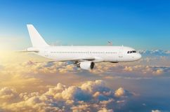 Vliegende vliegtuigen boven de hemel van de wolkenhorizon met heldere zonsondergangkleuren Stock Afbeelding