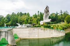 Vliegende zeemeeuwen dichtbij Middeleeuws Niedzica-Kasteel Royalty-vrije Stock Foto