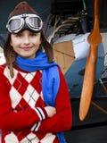 Vliegenier, gelukkig meisje klaar om met vliegtuig te reizen. Royalty-vrije Stock Afbeeldingen