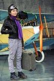 Vliegenier, gelukkig meisje klaar om met vliegtuig te reizen. Stock Afbeeldingen