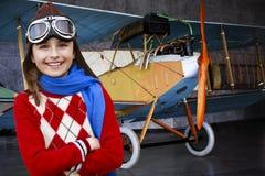 Vliegenier, gelukkig meisje klaar om met vliegtuig te reizen. Royalty-vrije Stock Foto's