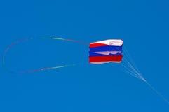 Vlieger als handtas tegen blauwe hemel wordt gevormd die Stock Fotografie