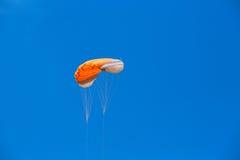 Vlieger in de hemel en de wolk Stock Afbeelding