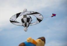 Vlieger in de hemel met andere vliegers Stock Foto's