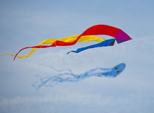 Vlieger in de hemel met andere vliegers Royalty-vrije Stock Fotografie