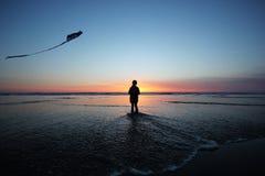 Vlieger die bij zonsondergang vliegen Stock Afbeelding