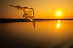 Vlieger die bij zonsondergang vliegt Stock Foto