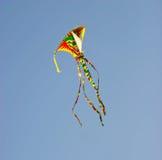 Vlieger die in blauwe hemel vliegt Stock Afbeeldingen