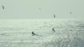 Vlieger die in de Atlantische Oceaan, Extreme de zomersport surfen Canarische Eilanden, Spanje Langzame Motie stock videobeelden