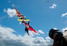 Vlieger die in de blauwe hemel vliegen royalty-vrije stock fotografie