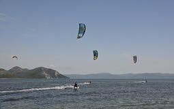 Vlieger die dichtbij Blace surfen Stock Foto