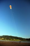 Vlieger die dichtbij rivier vliegt Stock Foto's