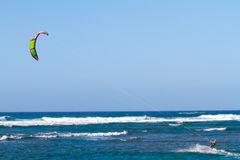 Vlieger die in Hawaï surfen Stock Afbeeldingen