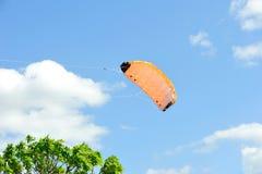 Vlieger die op achtergrond van blauwe hemel met wolken vliegen. Royalty-vrije Stock Fotografie