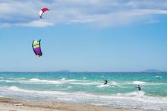 Vlieger die in Sardinige surfen Stock Fotografie