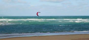 Vlieger die voor de kust surfen royalty-vrije stock fotografie