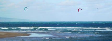 Vlieger die voor de kust surfen royalty-vrije stock afbeeldingen